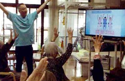 最新機器(ジョイサウンド)を使った集団体操・脳トレーニング